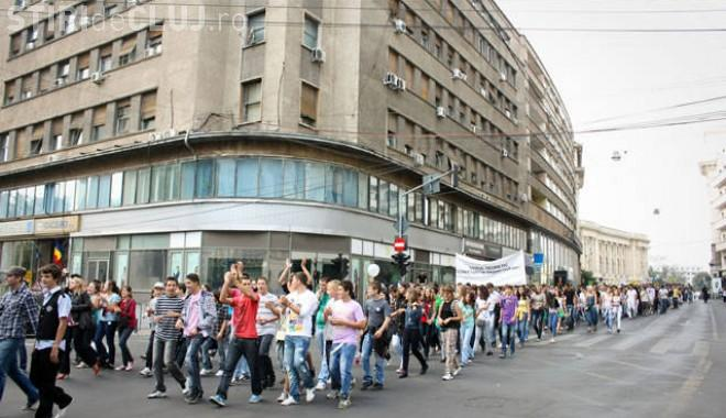 Elevii clujeni ies în stradă pentru copiii defavorizați. Mărșăluiesc prin centrul Clujului