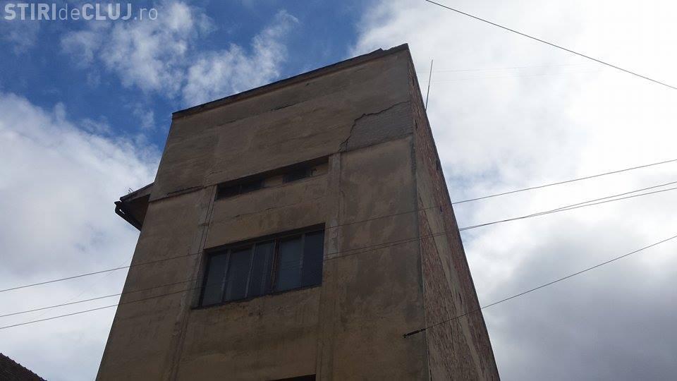 Tencuială căzută pe o mașină în centrul Clujului, chiar de pe clădirea Primăriei - FOTO