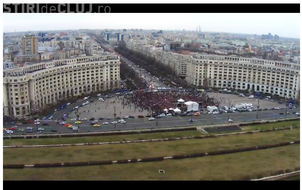 Peste 5.000 de persoane s-au adunat la miting-ul Antena 3. Protestatarii i-au distrus bannerul unui tânăr