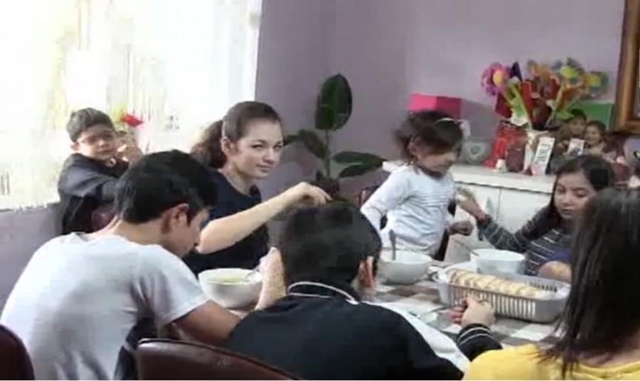 Doi clujeni au ADOPTAT 12 copii și sunt mai fericiți ca niciodată - VIDEO