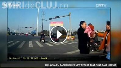 I-a căzut copilul din mașină, în mers. A fost salvat de un alt șofer ATENT - VIDEO