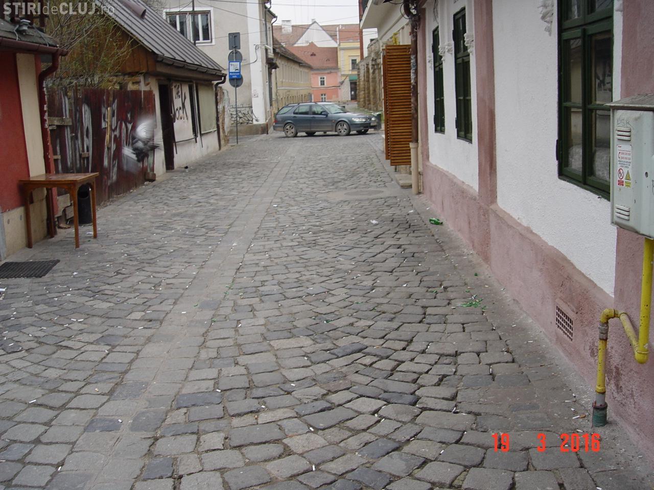 Covor de MUCURI de ȚIGARĂ la Cluj-Napoca, în fața cluburilor din zona pietonală - FOTO