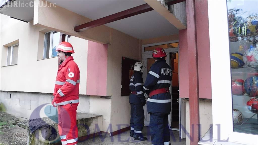 Un bărbat cu probleme psihice din Dej a încercat să își incendieze propriul apartament VIDEO