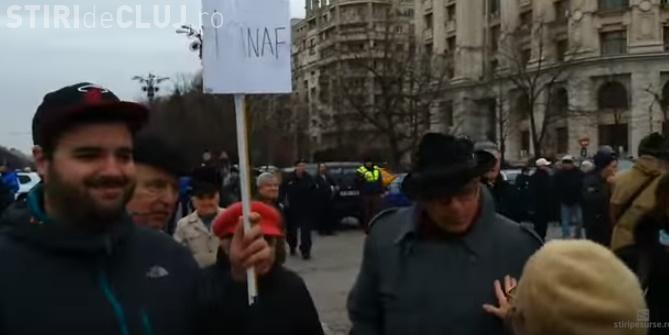 """Ce a pățit un tânăr care a mers la mitingul Antena 3 cu un banner """"I love ANAF"""": Fură și el ca Băsescu VIDEO"""