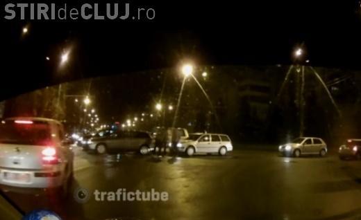 Accident în Mănăștur la intersecția Câmpului - Calea Mănăștur. A dat prioritate ambulanței și a urmat ce nu se aștepta - VIDEO