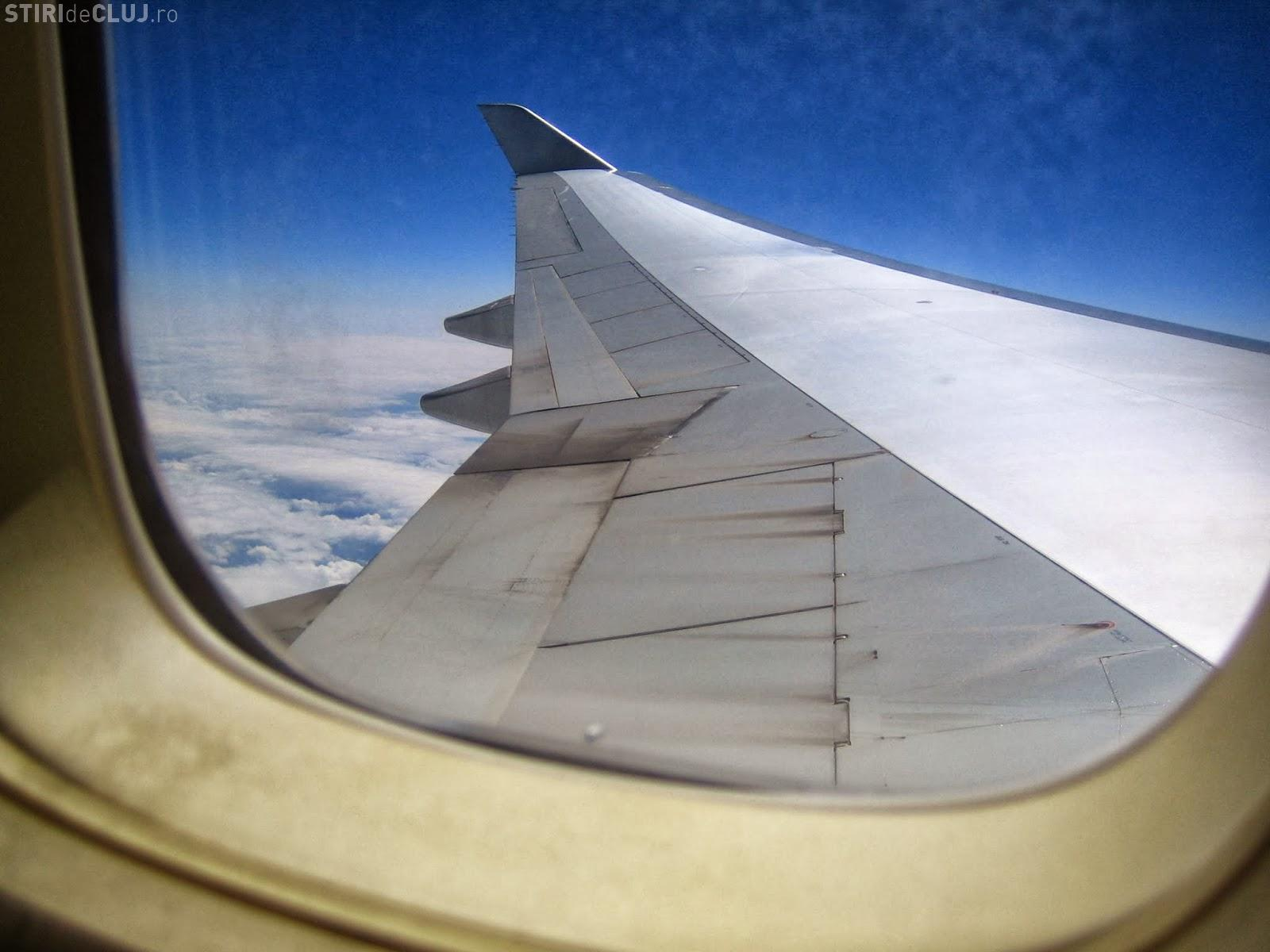 Pasagerii au privit pe geam și au rămas împietriți de ce era pe aripa avionului