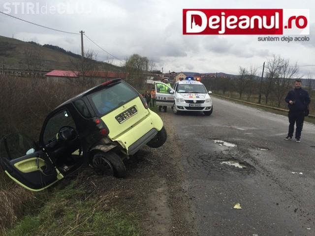 Accident cu o victimă la ieșire din Gherla. Un șofer a ajuns cu Smart-ul în șanț, după ce a încercat să evite o groapă VIDEO