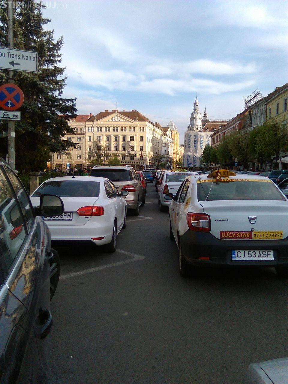 Șmecherașii care ocupă standul de taxi din Piața Unirii au fost amendați, după reclamația taximetriștilor - FOTO