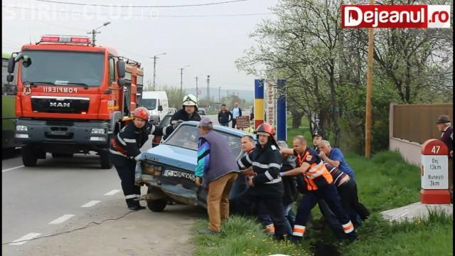 Accident rutier: Un clujean de 83 de ani a ajuns cu Dacia în șanț VIDEO