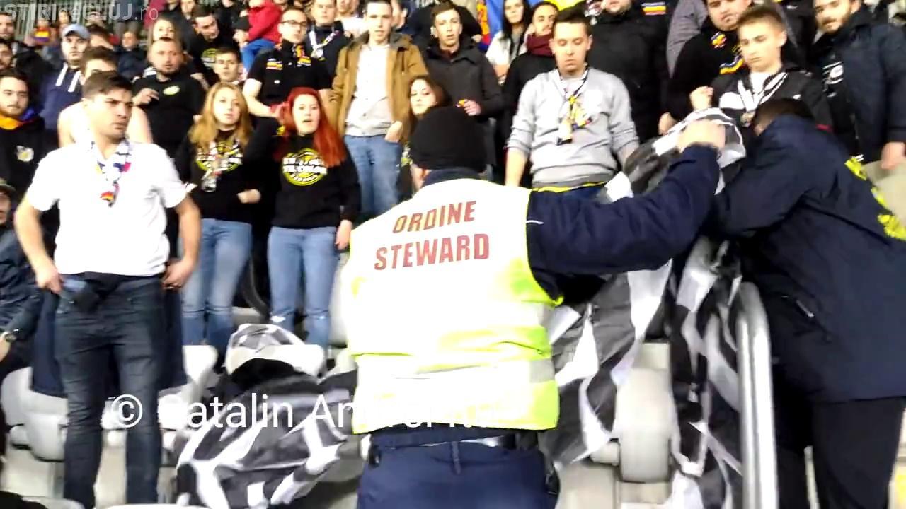 Banner confiscat la meciul România - Spania. Suporterii i-au fluierat pe oamenii de ordine - VIDEO