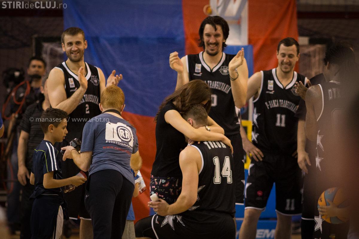 Un baschetbalist de la U-BT și-a cerut de soție logodnica la finalul meciului cu Oradea - FOTO