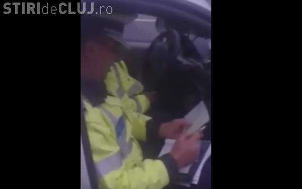Polițiștii nu respectă legea antifumat? Cum a reacționat un polițist când a fost filmat fumând în mașina de serviciu VIDEO