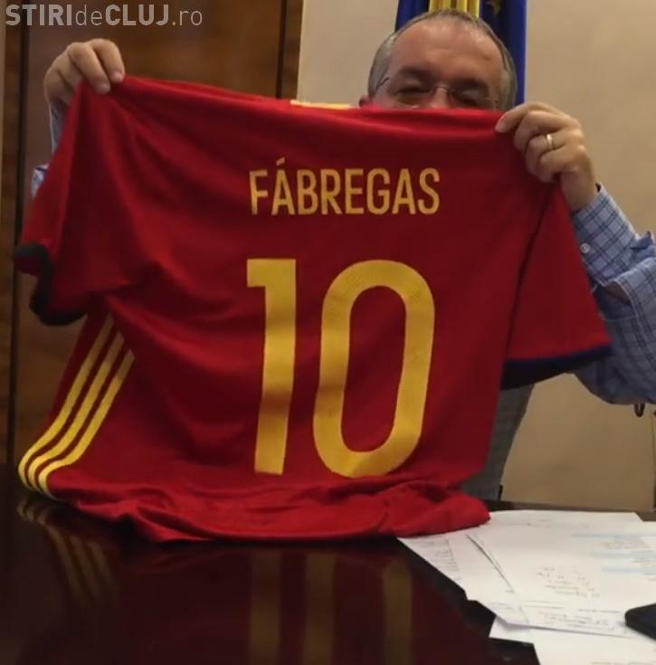 Ce cadou a primit Emil Boc de la jucătorii României și Spaniei - FOTO