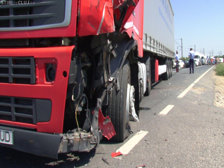 Accident cu o victimă la Cluj! Un șofer a fost lovit în plin de un TIR care mergea pe contrasens