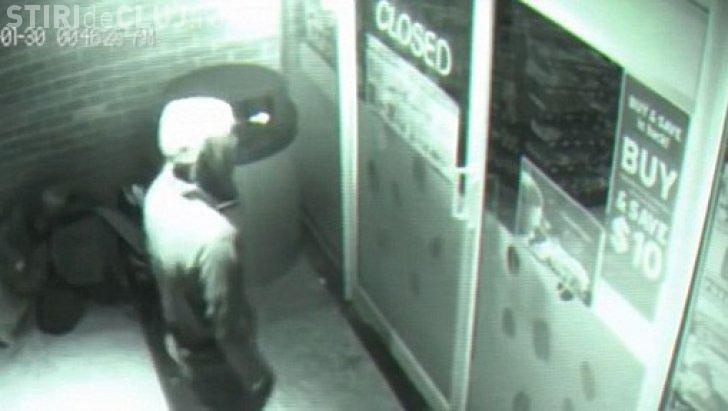 """O """"fantomă"""" intră prin ușile închise ale unui magazin - VIDEO"""