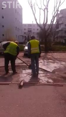Râde țara de Cluj! Așa se fac asfaltările în 2016. Scot apa din groapă cu o cutie - VIDEO