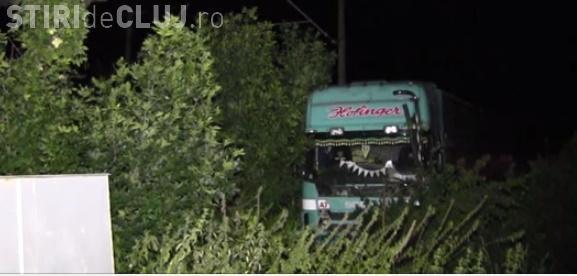 Condițiile meteo le dau bătăi de cap șoferilor la Cluj. Un bărbat a blocat circulația, după ce a derapat cu TIR-ul