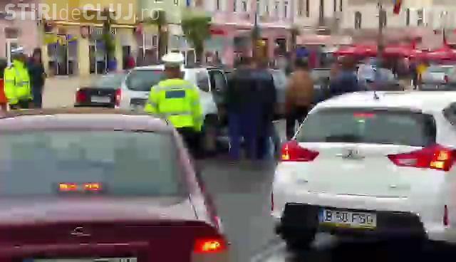"""Scandal cu arme albe la Turda! Un șofer i-a fugărit pe polițisti: """"S-au ascuns într-un magazin"""" - VIDEO"""