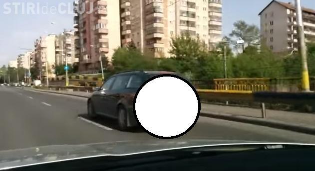 """Ce """"cadou"""" i-au lăsat vecinii unui șofer clujean. Se plimba cu o pungă de gunoi agățată de mașină VIDEO"""