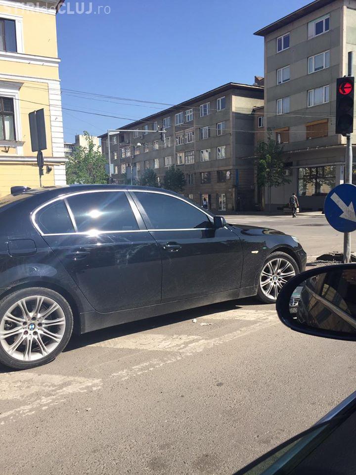 BMW parcat în mijlocul străzii, lângă Primăria Cluj-Napoca - FOTO