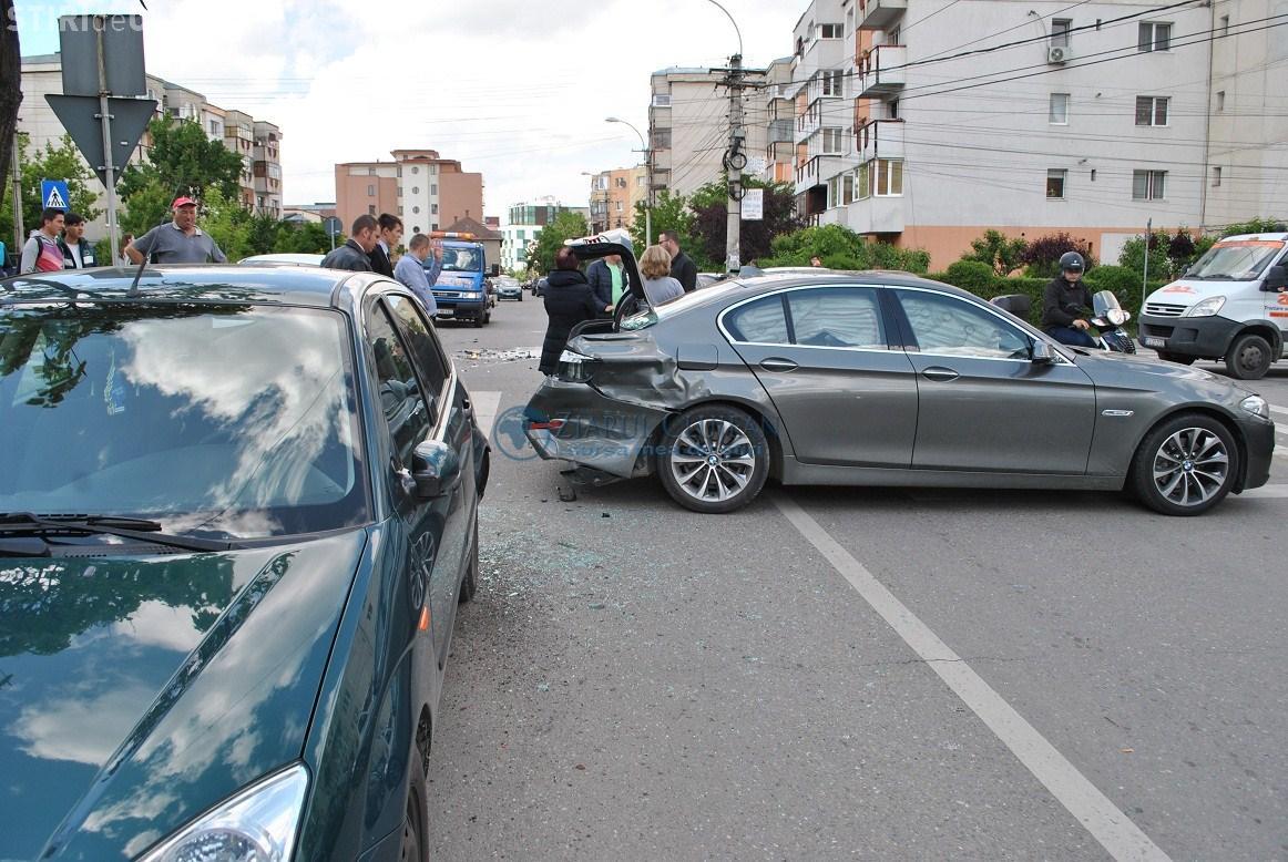 Limuzină BMW lovită în Mărăști. A fost avariată serios alături de alte mașini - FOTO