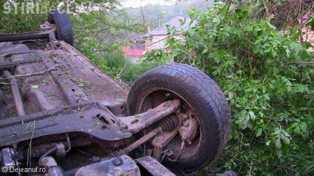 Un șofer de 19 ani s-a răsturnat cu mașina la Dej. A fost aproape de a cauza un dezastru VIDEO