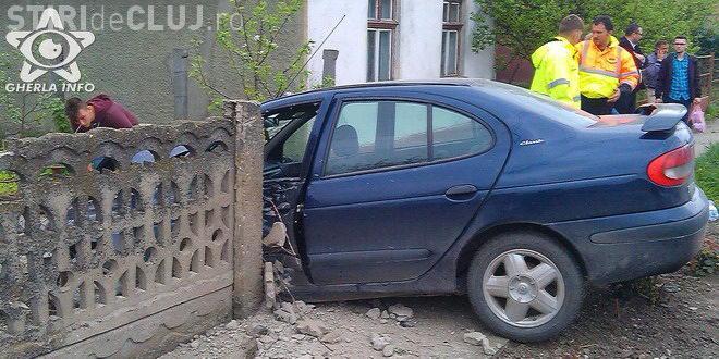 """CLUJ: Accident cu o victimă, la Iclod! Un șofer a """"zburat"""" cu mașina printr-un gard de beton VIDEO"""