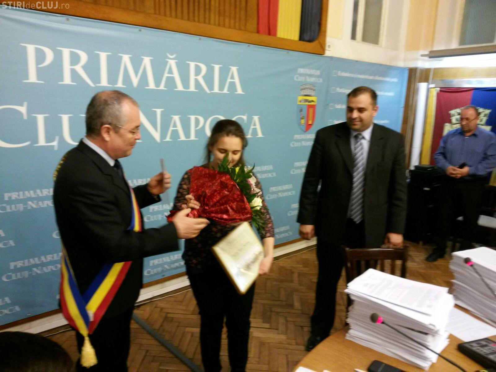 Eleva clujeancă, câștigătoare a concursului de traduceri organizat de UE, premiată de Boc FOTO