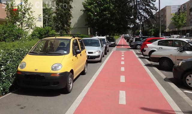 Bicicliștii îi amenință pe șoferii care parchează pe trotuare: Vom lipi autocolante pe mașini - FOTO