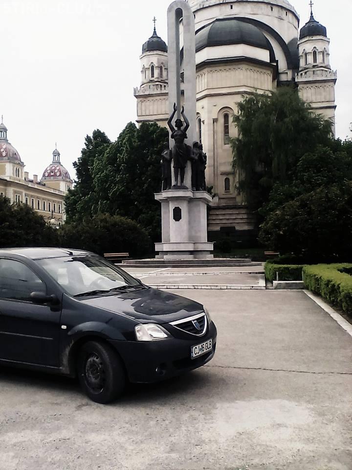 TUPEU MAXIM! A parcat lângă Monumentul Ostașului Român - FOTO
