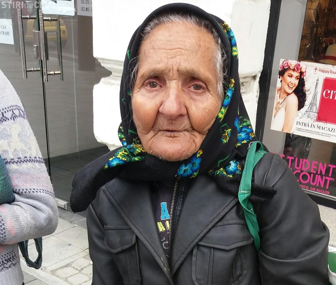 """Poliția Locală în """"misiune specială"""" la bătrânele care vând flori în centrul Clujului - FOTO"""