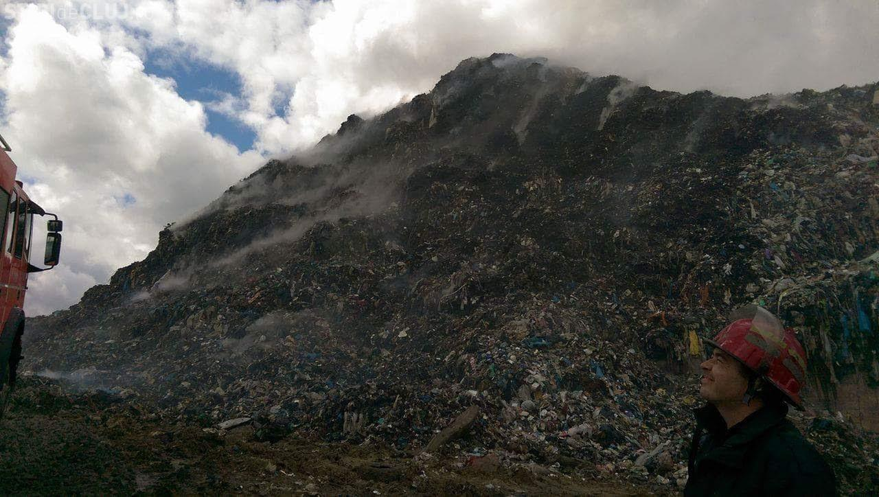 Misiune de peste 36 de ore pentru stingerea incendiului de la rampa de gunoi din Cluj. S-au folosit 500 tone e apă FOTO
