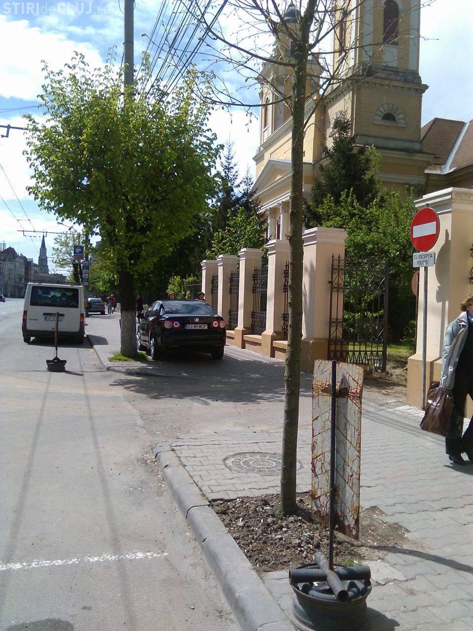 Parcat pe trotuar, chiar în fața Secției 2 Poliție - FOTO