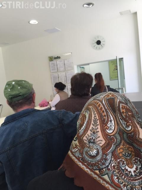 Cozi la CEC Bank Mărăști. Funcționarele stau, iar oamenii sunt goniți dacă nu le convine - FOTO
