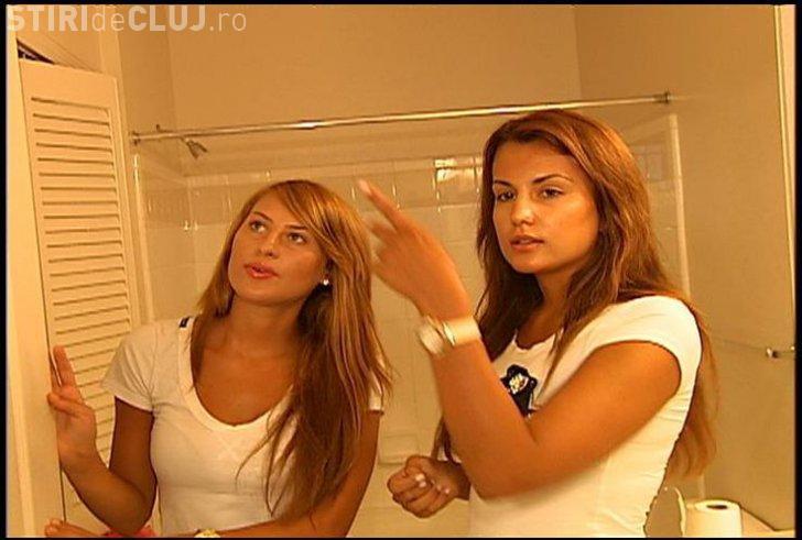 Două colege de apartament, SPIONATE cu camere video de proprietar