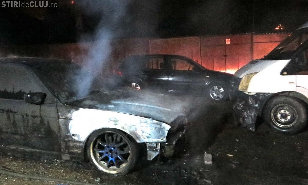 Cluj: BMW aprins de o mână criminală. Alte mașini au fost avariate - VIDEO