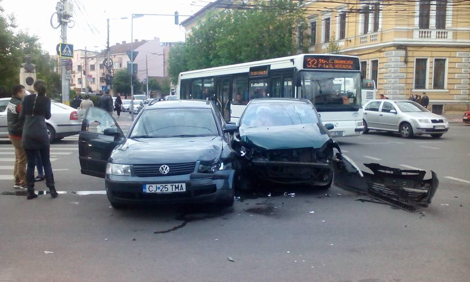 Accident în centrul Clujului, în fața Prefecturii - FOTO