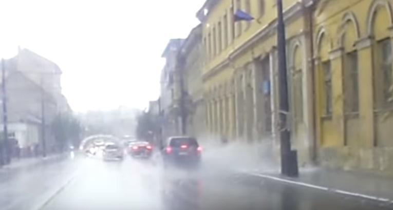 Ce a putut face acest șofer grăbit în centrul Clujului? Pietonul era fără vină - VIDEO