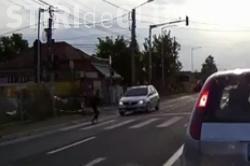 Momente de groază pentru un pieton clujean! A evitat ÎN ULTIMA CLIPĂ impactul cu o mașină care trecea pe roșu VIDEO