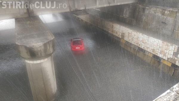 Șofer ghinionist la Cluj! A rămas blocat în apă, sub podul de pe strada Fabricii - FOTO