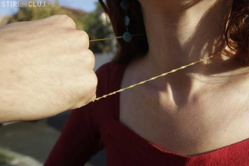 A atacat o femeie în Piața Gării și i-a smuls lănțișorul de la gât
