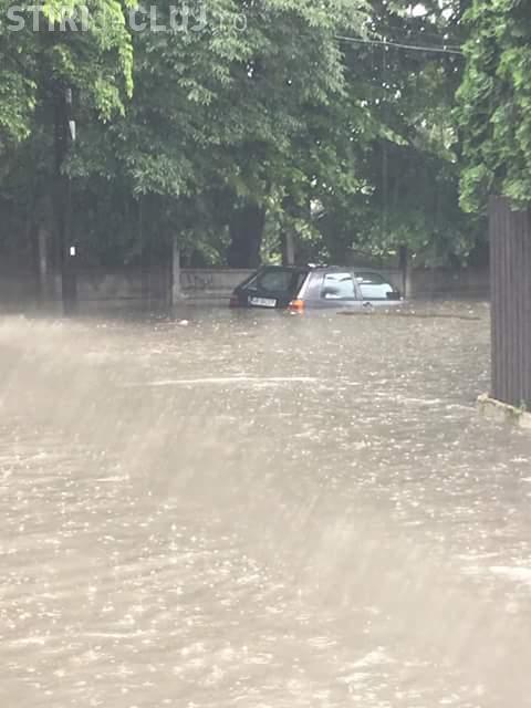 INUNDAȚII la Cluj-Napoca. Mașinile au fost acoperite de apă - FOTO