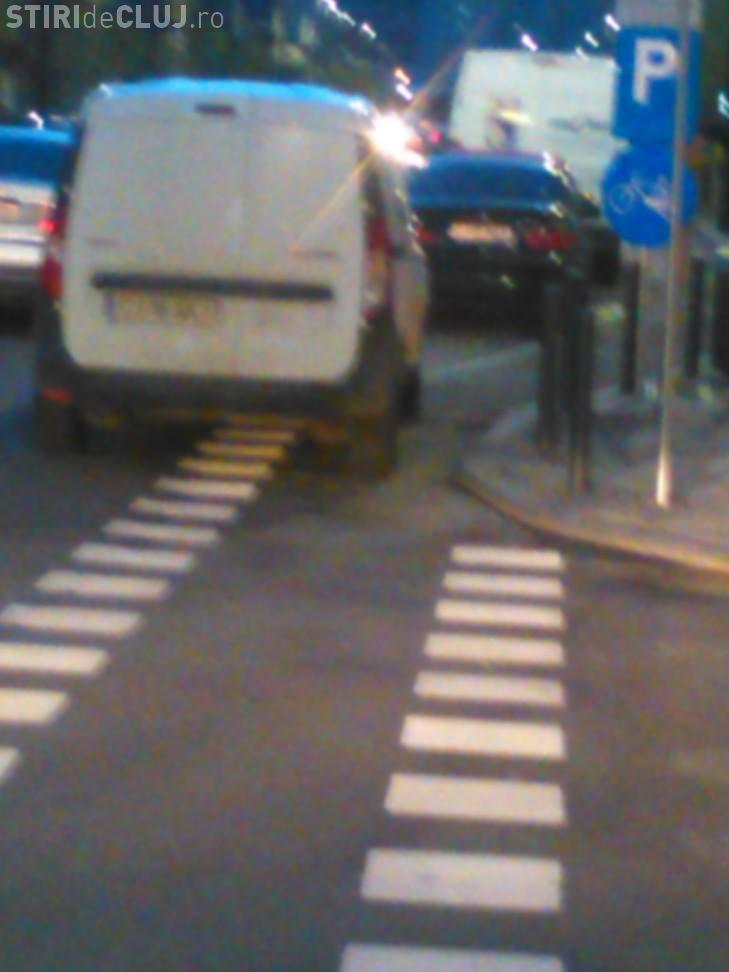 Ce a pățit un biciclist clujean cu o mașină parcată pe pistă: Îl fac vedetă peste tot - VIDEO