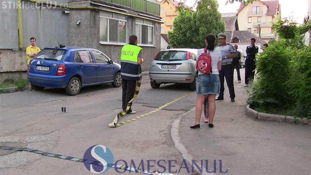 Copil lovit de mașină la Gherla. Se dădea cu skateboard-ul printre mașini VIDEO