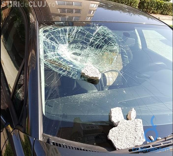 Tencuiala de pe un bloc din Mănăștur a căzut peste un autoturism