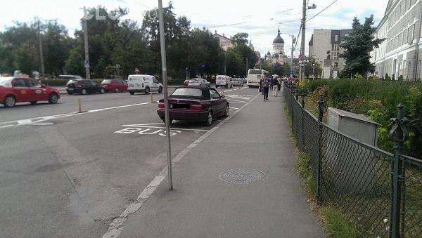 Parcare de COCALAR în centrul Clujului! Cum și-a lăsat un șofer BMW-ul FOTO