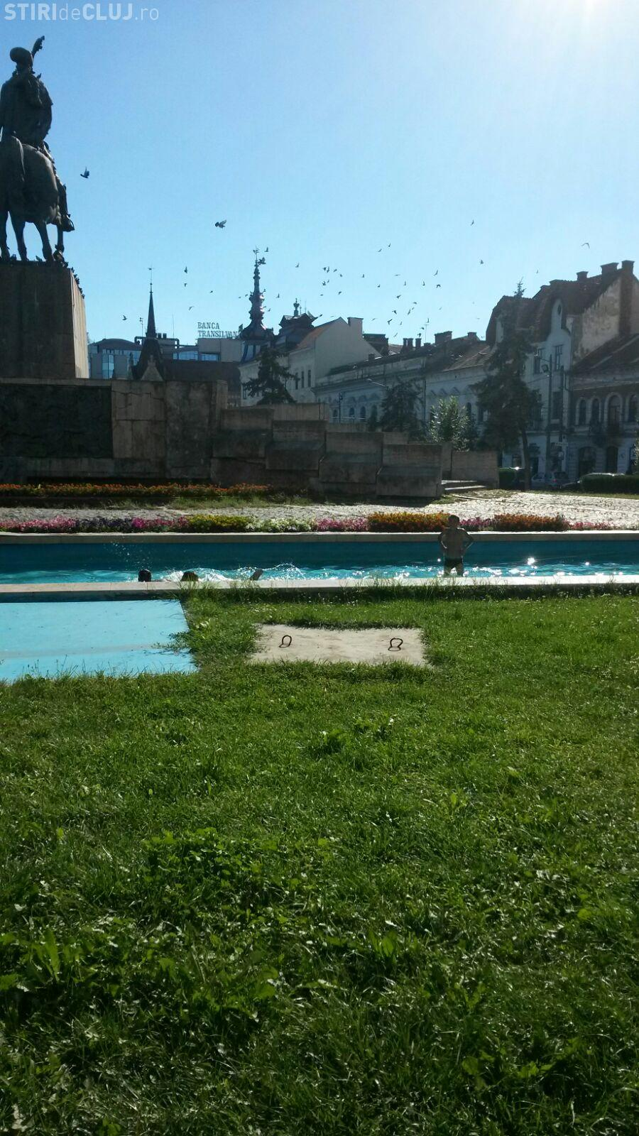 """Rromii și-au făcut """"piscină"""" la statuia lui Mihai Viteazu. Trei copiii făceau întreceri la înot FOTO"""