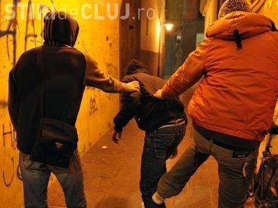 """CLUJ: Bunătatea l-a costat pe un bărbat! A luat doi bărbați """"la ocazie"""" și a fost tâlhărit"""