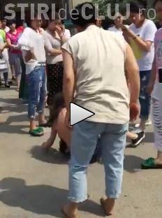 O amantă a fost dezbrăcată și bătută în stradă de soția înșelată - VIDEO șocant