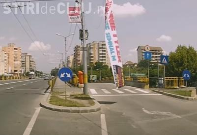 Clujenii își rezolvă singuri problemele, dacă autoritățile nu o fac! Un șofer a îndepărtat singur un banner care bloca circulația VIDEO